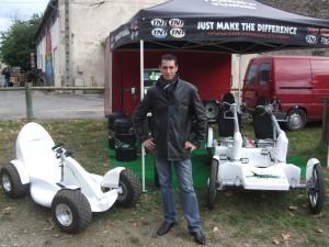 Laurent Massip avec ses prototypes au salon de l'écomobilité à Quissac
