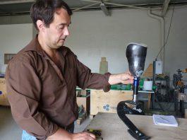 La prothèse en fibre de verre de Fabien Tourneux.